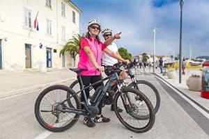Paar mit e Bike